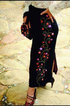 Falda hecha a medida. Bordada a mano por Carolina Gana. Taller de Bordado Rococó - Santiago - Chile. Mexican Embroidery, Embroidery Sampler, Ribbon Embroidery, Embroidery Patterns, Fabric Paint Designs, Red Velvet Dress, Embroidered Clothes, Santiago Chile, Couture