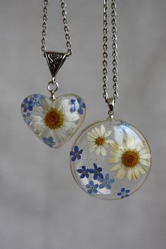 Pendants me-nots and chamomile heart and round Flower daisies and forget-me Epoxy resin pendant. - Resin - Pendants me-nots and chamomile heart and round Flower daisies and forget-me Epoxy resin pendant. Diy Resin Crafts, Jewelry Crafts, Jewelry Art, Jewelry Accessories, Fine Jewelry, Handmade Jewelry, Resin Jewellery, Jewelry Ideas, Beaded Beads