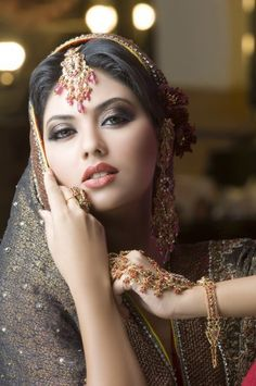 Latest Pakistani Bridal Make-up Indian Bridal Makeup, Pakistani Bridal Wear, Bridal Photoshoot, Most Beautiful Faces, Beautiful Women, Exotic Beauties, Beauty Full Girl, Indian Beauty, Indian Fashion