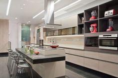 Na cozinha, os móveis planejados claros (Bontempo) fazem contraponto ao piso escuro.