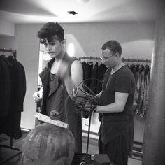 Tom Rebl showroom fitting with  Stash of The Kolors   #tomrebl #thekolors #stash #ontheroad  #rock #tomrebl #outfit #showroom #fitting