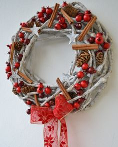 bobulový....vánoční věneček vánoční věneček ze silnějšího proutí - vzhled patina. Dozdoben velkými bobulemi, skořidí, břízovými hvězdičkami, krásnou látkovou stuhou. /průměr 40cm/