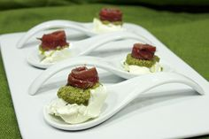 Cucharitas de anchoa, pesto y queso Emplatado