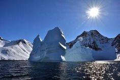 Haushohe Eisberge treiben auf dem Rückweg nach Kulusuk im Fjord.