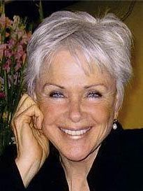 Idée coupe courte : Byron Katie age 70. Silver crop looks fantastic on her! #ageless #beauty