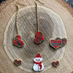 96 Likes, 11 Comments - Le scrap est dans le pré ( on Instagra. Seed Bead Jewelry, Seed Bead Earrings, Beaded Earrings, Beaded Jewelry, Hama Beads Design, Seed Bead Patterns, Christmas Earrings, Beaded Animals, Beaded Ornaments