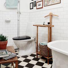 Där kan man sitta en stund.. WC + lägenhet till salu genom @stadshem foto: @stadshem #viktoriansktklinker på golv #viktoriansktkakel med Albertbård på vägg #victoriantiles #originalstyle #badrum #byggnadsvård #badrumsrenovering #manblirglad #interiordesign #inredning #klassiskt #klinker #subwaytiles #kakel #instainterior