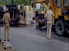 Delhi-NCR News:A gas tanker turned over to Moolchand Flyover of Delhi's. A huge amount of gasoline started flowing like water on the roads.