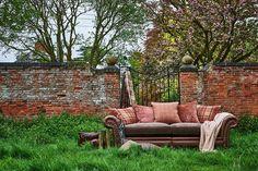 Кожаный диван с изогнутыми подлокотниками и заклепками – уже легенда английского стиля, воплощающая утонченность и благородство джентльменского клуба. Еще больше вдохновляющей английской классики - в коллекциях Alexander & James! #интерьер #дизайн_интерьера #интерьер_дизайн #декор #стиль #красивые_дома #мебель #мягкая_мебель #дом #диван #диваны #диван_спб #диван_москва #мебель_спб #мебель_москва #гостиная #дизайн_квартиры #дизайн_дома #интерьер_квартиры #английский_стиль #английская_мебель