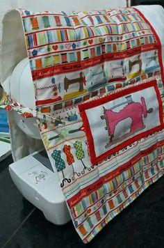 Capa para máquina de costura em algodão cru e tricoline. Detalhes em bprdado ponto cruz e aplicação.