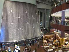 Le Dubaï Mall, c'est le plus grand centre commercial du monde. Un vrai paradis du shopping mais aussi un lieu insolite avec des attractions spectaculaires