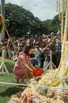 Jacqueline Kennedy placing flower leis at the foot of King Kamehameha's statue in Honolulu. Jackie and her children stayed in Hawaii for seven weeks in 1966 . Jaqueline Kennedy, Jacqueline Kennedy Onassis, Jfk Kennedy, Caroline Kennedy, King Kamehameha, John Fitzgerald, Vintage Hawaii, Cover Pics, Movies