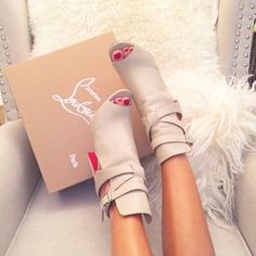 Louboutin boots avec ouverture elegante