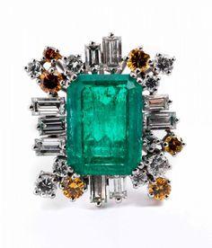 Smaragd-Diamantring Ringweite: 51/ 52. Ringkopfmaße: ca. 2,6 x 2,1 cm. Gewicht: ca. 13,1 g. WG 750. — Schmuck_Juwelen