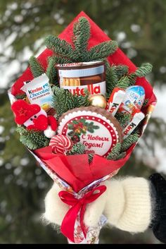 Christmas Time, Christmas Wreaths, Christmas Crafts, Christmas Ornaments, Flower Bouquet Diy, Candy Bouquet, Bouquet Cadeau, Fruit Flower Basket, Christmas Treats For Gifts