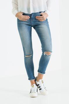 Jeans skinny con taglio ginocchio #berna #jeans #rippedjeans