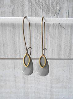 Boucle d'oreille bronze, goutte émaillé gris