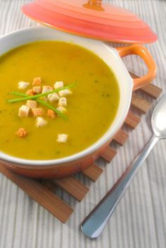 Pittige kerriesoep - Lekker en simpel ! Healthy Soup Recipes, Real Food Recipes, Typical Dutch Food, Asian Soup, Homemade Soup, Diy Food, Soup And Salad, Soups And Stews, Pitta
