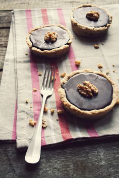 Tartelette with walnuts from the garden, chocolate and caramel