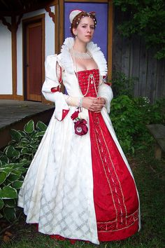 Elizabethan Period Gown - but I love it for the detailing, and for the netted collar necklace she's wearing