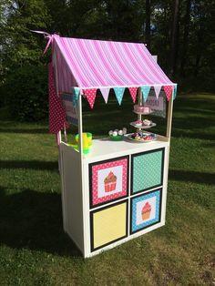 Kioski, kauppa, kahvila, leipomo. IKEAn Kallax hyllyä täydentäen. Käytöstä poistetut mustat laatikot löysivät myös paikkansa. DIY for kids. Ikea hack. 6/2017 Kallax, Toy Chest, Ikea, Bird, Storage, Toys, Outdoor Decor, Handmade, Home Decor