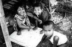 Ni Luh Putu Windari Surastini: Mereka sangat gembira saat saya foto, walaupun tempat tinggalnya kumuh, tapi semangat  mereka begitu tinggi, walaupun hanya bermain dengan barang-barang bekas seperti tutup box sterofom itu, mereka sangat gembira.