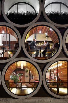 В Мельбурне находится отель Prahran. Это бывший небольшой паб, переконструированный архитекторами TECHNE.