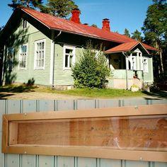 Ylästön kotiseututalo on entinen koulurakennus. Talo kärsi mittavia vaurioita 1980-luvun lopulla tulipalossa jonka jälkeen kotiseutuyhdistys otti rakennuksen hoitaakseen. Yhdistys teki kunnostustyön talkoilla ja haali korvaavia rakennusosia kuten pariovia ja uuninluukkuja ympäri Suomea. Työn edetessä ehjäksi jääneestä hirsiseinästä paljastui tekstaus vuodelta 1903: Kouluja kuin näitä on maassa sankka vyö himeyden poistuu valta ja poistuu kansan yö. #rakennusperintö #byggnadsvård #koulussa