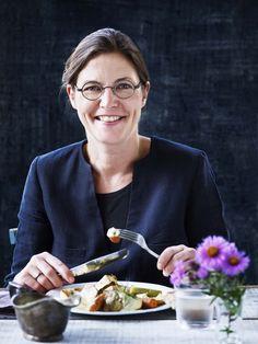 Katrine Klinken er faglært kok og ernærings- og husholdningsøkonom og arbejder som freelance. Katrine er forfatter til en stribe kogeboger for børn og voksne. Hun holder foredrag og underviser på kurser for børn og professionelle madhåndværkere i bl.a. at lave velsmagende mad, der både bevarer lokale madtraditioner, er fornyende og sæsonbetonet. Hun brænder for dejlige fælles måltider og mad, der er lavet godt og af den rene vare – mad med stor smag, nydelse og oplevelse.