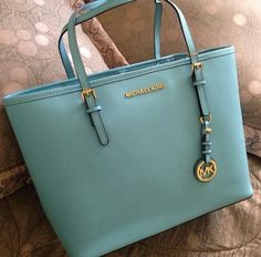 Michael Kors Handbags Whether vintage or timeless leather, find the perfect #Michael #Kors #Handbags for toting your treasures Gucci Purses, Hermes Handbags, Burberry Handbags, Handbags Michael Kors, Big Purses, Straw Handbags, Fashion Handbags, Bling Bling, Cute Work Outfits