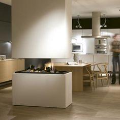 Doorkijk haard in de keuken. Door de haard op tafelhoogte te plaatsen heeft men door de hele ruimte zicht op het vuur | Boley