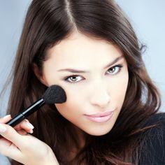 perfektes make up mithilfe von pinseln schaffen bunte augen schminken rosa glänzende lippen