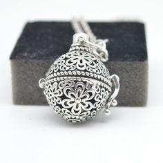 Diffuser aroma ketting bloem met bolvormige medaillon en lavasteen geschikt voor aromatherapie met essentiële oliën. lengte:  - 65 cm, medaillon:  - 25 mm.