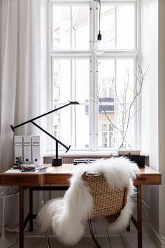 Schönes Office-Space mit flauschigem Stuhl.