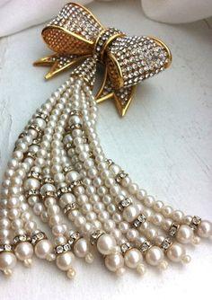 Vintage Valentino Bow Pearl and Rhinestone Pin   https://www.pinterest.com/galabai/%D0%B6%D0%B5%D0%BC%D1%87%D1%83%D0%B3/  Жемчуг,Гала