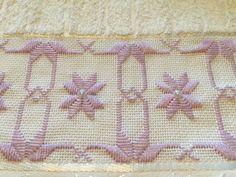 Toalha lavabo marca dohler bordada com ponto reto, pérolas e guipir. Confeccionamos o conjunto (rosto e lavabo) ou separadamente, e na cor desejada.