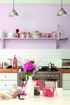 Flieder Wandfarbe, Weißer Fliesenspiegel Und Holz Arbeitsplatte Wandfarbe  Weiß, Wandfarbe Wohnzimmer, Wandgestaltung Ideen