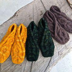 床が冷たく感じられる冬のお部屋。特に足元を温かくすれば、エコに体感温度を上げられますよ♪はぎれ布やいらないセーターを使って、あったかルームシューズを手作りしませんか?履きやすいものから足首まですっぽり覆い隠すものまで、手作りなら好みによって丈の長さも変えられます。100円ショップで売っている毛糸を活用して、簡単な編み物で1から作ることもできますよ。ルームシューズのDIYアイデアをご紹介します! | ページ1