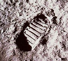 İnsanoğlu Ay'a insanlı ilk seyahatini 16 Temmuz 1969 yılında Apollo 11 göreviyle gerçekleştirdi. Neil Armstrong, Michael Collins ve Edwin Aldrin 20 Temmuz 1969'da bu görev kapsamında Ay yörüngesine girdi ve Ay Örümceği adı verilen modül Ay'ın Sessizlik Denizi adı ile bilinen bölgesine iniş yaptı.  Bu görev kapsamında 3 astronot Ay'da toplam 21 saat 36 dakika kaldılar. Bu yolculukla beraber Ay'a ilk kez ayak basan insan Neil Armstrong oldu.