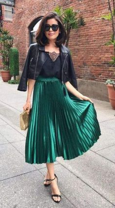 Midi Rock Outfit, Green Dress Outfit, Midi Skirt Outfit, Skirt Outfits, Outfit Work, Dark Green Skirt, Green Pleated Skirt, Metallic Pleated Skirt, Pleated Skirts