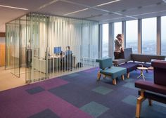 Kantoor ontwerp by Studio Makkink & Bey and Group A.. Het ontwerp voorziet in een interieur dat een 'vertikale stad' reflecteert die verbinding legt tussen 'stedelijke knooppunten' voor collectief gebruik, ontmoeting en interactie. Het ontwerp en de inrichting van de 'stedelijke knooppunten' vindt haar inspiratie in de Rotterdamse culturele verscheidenheid en kleurrijke gemeenschap. https://www.archined.nl/2012/09/group-a-wint-aanbesteding-interieurontwerp-de-rotterdam
