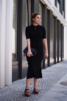 Massimo Dutti Black Dress in #Berlin | Lea Christin by Glasschuh.com #fashion #outfit #style #blogger #dress
