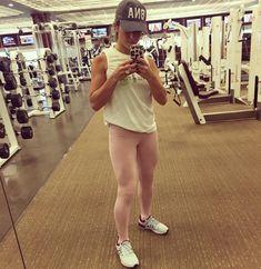 Jessie James Decker: Gettin in shape yo! Jessie James, Yoga Pants Girls, Pink Yoga Pants, Jesse James Decker, Flight Attendant Life, Compression Pants, Yoga Poses For Beginners, Fit Motivation, Fitness Inspiration