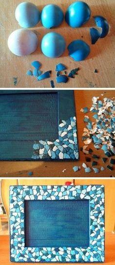idée comment customiser un cadre photo, des morceaux de coquille d oeuf bleue sur un cadre, cadeau à fabriquer pour la fête des pères