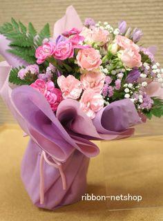 【9月限定】【送料無料】 ピンクのりんどうにバラなどをいれたブーケタイプの花束です。 2色のペーパーでふんわり広がる感じでラッピングします。
