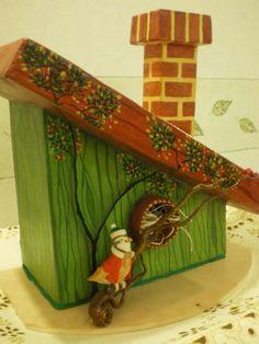 Adorno navideño. Reciclado: casita: caja de cartón, techo: tergopol, chimenea: cajita de pasta dental. Cartapesta y pintado a mano con acrílicos.