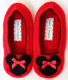 Minnie Mouse slippers Adult Sizes by PattisProjects on Etsy Crochet Baby Booties, Crochet Poncho, Crochet Slippers, Crochet Yarn, Minnie Mouse Slippers, Crochet Disney, Crochet For Beginners Blanket, Crochet Gifts, Birthday