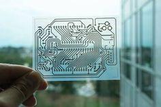 Un circuit électrique imprimé à l'aide de l'imprimante jet d'encre. Le support ici est un film PET transparent souple.