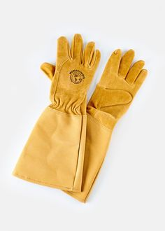 Soft pigskin leather Rose Gauntlet Gloves from Rodales.com are here to keep your hands safe from all thorns and prickers in the garden. #gardeninggloves #gardening #madeinUSA