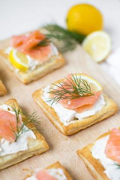 Salmon puff pastries from 4 ingredients - cooking carousel-Lachs-Blätterteig-Häppchen aus 4 Zutaten – Kochkarussell For these salmon puff pastries you only need puff pastry, herb cream cheese, salmon, lemon and dill. Super fast, easy and really tasty! Brunch Recipes, Appetizer Recipes, Snack Recipes, Appetizers, Party Finger Foods, Snacks Für Party, Clean Eating Snacks, Healthy Snacks, Gourmet